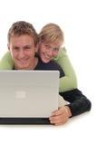 Pares usando el ordenador portátil Fotos de archivo libres de regalías