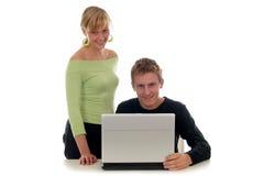 Pares usando la computadora portátil Imagen de archivo libre de regalías