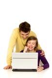 Pares usando la computadora portátil Foto de archivo libre de regalías