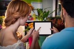 Pares usando la tablilla digital Fotografía de archivo libre de regalías