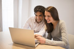 Pares usando la tarjeta de crédito a hacer compras en línea Laptop Escritorio interior Imagen de archivo