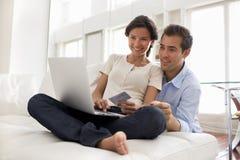Pares usando o cartão de crédito para comprar em linha Fotografia de Stock Royalty Free