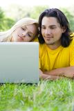 Pares usando o portátil ao ar livre Fotografia de Stock