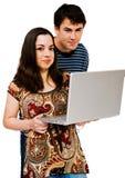 Pares usando una computadora portátil Imagen de archivo libre de regalías