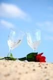 Pares vacíos del vidrio en la playa de la arena Fotografía de archivo