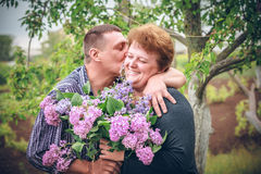Pares velhos com a flor exterior Foto de Stock Royalty Free