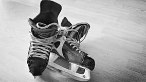 Pares velhos de patins do hóquei foto de stock royalty free