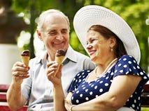 Pares velhos felizes com gelado. fotografia de stock royalty free