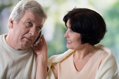 Pares velhos felizes no telefone móvel imagens de stock royalty free