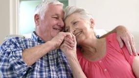 Pares velhos loving no sofá vídeos de arquivo