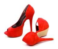 Pares vermelhos de sapatas dos saltos altos Foto de Stock