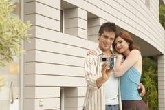 Pares Videoing no jardim Home Imagens de Stock Royalty Free