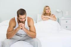 Pares virados que ignoram-se após a luta na cama imagens de stock royalty free