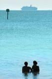 Pares y barco de cruceros Foto de archivo libre de regalías