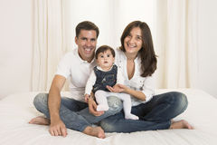 Pares y bebé jovenes Foto de archivo libre de regalías