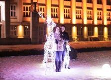 Pares y el árbol de navidad foto de archivo libre de regalías