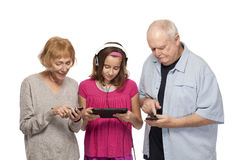 Pares y nieta mayores con la tableta digital y p móvil Foto de archivo