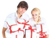 Pares y regalo jovenes Foto de archivo