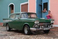 Pares y su coche americano viejo Foto de archivo libre de regalías