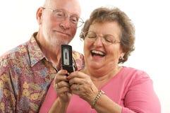 Pares y teléfono celular mayores Imagen de archivo