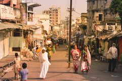 PARESHNATH, JHARKHAND, INDIEN - 25. JANUAR: Leute und Mengen, die durch den berühmten WochenendenAbsatzmarkt gehen Es wurde gegla lizenzfreie stockbilder