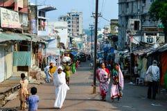 PARESHNATH, JHARKHAND, LA INDIA - 25 DE ENERO: Gente y muchedumbres que caminan con el área de mercado famosa del fin de semana F imagen de archivo libre de regalías