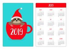 Paresse se reposant dans la tasse de thé rouge de café Santa Hat Année de la disposition de calendrier de poche nouvelle 2019 sim illustration libre de droits