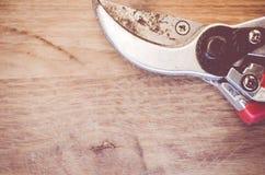 paret av den slitna trädgården scissors tätt upp Royaltyfri Fotografi