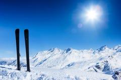 Paret av skidar i snö Vintersemestrar Royaltyfria Bilder