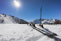 Paret av skidar på lutning i snön royaltyfria foton