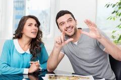Paret betraktar den framtida lägenhetdesignen Royaltyfria Foton