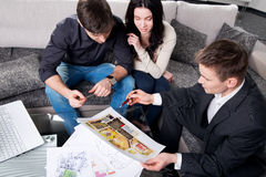 Paret betraktar den framtida lägenhetdesignen Royaltyfri Foto