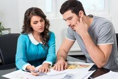 Paret betraktar den framtida lägenhetdesignen Royaltyfria Bilder