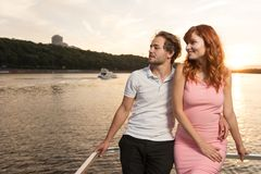 Paret beundrar de härliga sikterna av naturen från yachten royaltyfri fotografi