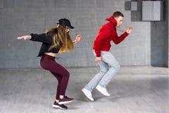 Paret dansar modern dans arkivbild