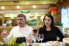 Paret firar ferie i restaurang royaltyfria foton