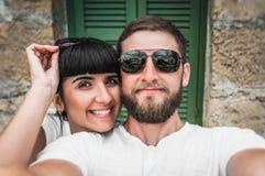 Paret gör en selfie arkivfoto