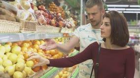 Paret gör köp i supermarket stock video
