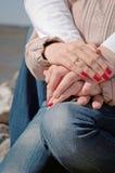 paret hands att älska för holding royaltyfri foto