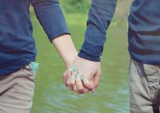 paret hands att älska för holding arkivfoto