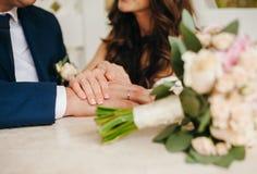 paret hands att älska för holding royaltyfri fotografi