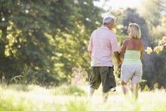 paret hands att gå för holdingpark Arkivbilder