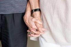 paret hands den äldre holdingen Royaltyfria Foton