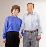 paret hands den att gifta sig holdingen Arkivbilder