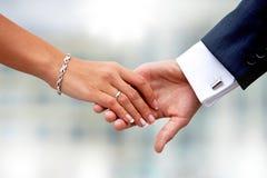 paret hands holdingen valentiner för dagillustrationförälskelse Royaltyfria Foton