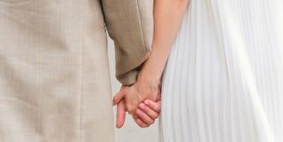 paret hands holdingvänner royaltyfri foto