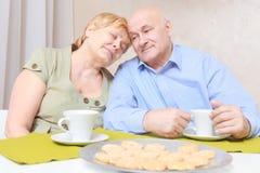 Paret har te med kex fotografering för bildbyråer