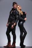 Paret i läder beklär stående tillbaka för att dra tillbaka Arkivfoto
