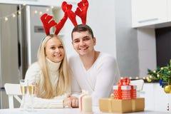 Paret i renhorn ger en julklapp fotografering för bildbyråer