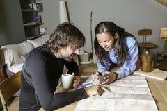 Paret klättra i berg planera rutten Arkivbilder
